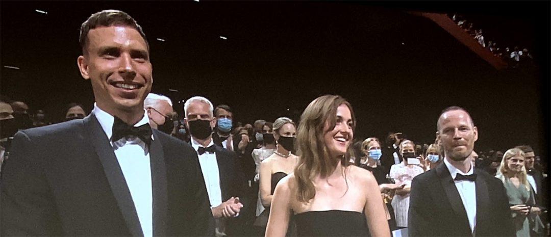 Cannes 2021: Herbert Nordrum, Renate Reinsve og Joachim Trier mottar publikums hyllest i festivapalasset under premierevisningen av «Verdens verste menneske» torsdag 8. juli.
