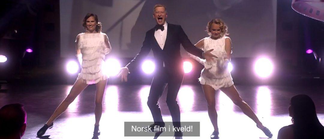 """Odd Magnus Williamson ledet Amanda-showet, bl.a. med sang- og dansenummeret """"Norsk film i kveld!"""". (Foto: Skjermdump fra NRK2s direktesending.)"""