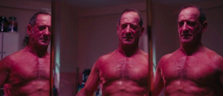 Saken er ikke helt biff for Vincent Lindons rollefigur i «Titane» –selv om det kan se sånn ut!