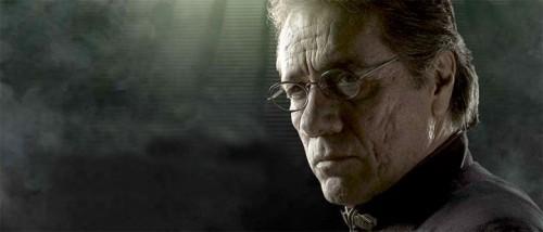 Edward James Olmos spiller admiral William Adama, og har også regissert flere episoder av Battlestar Galactica.